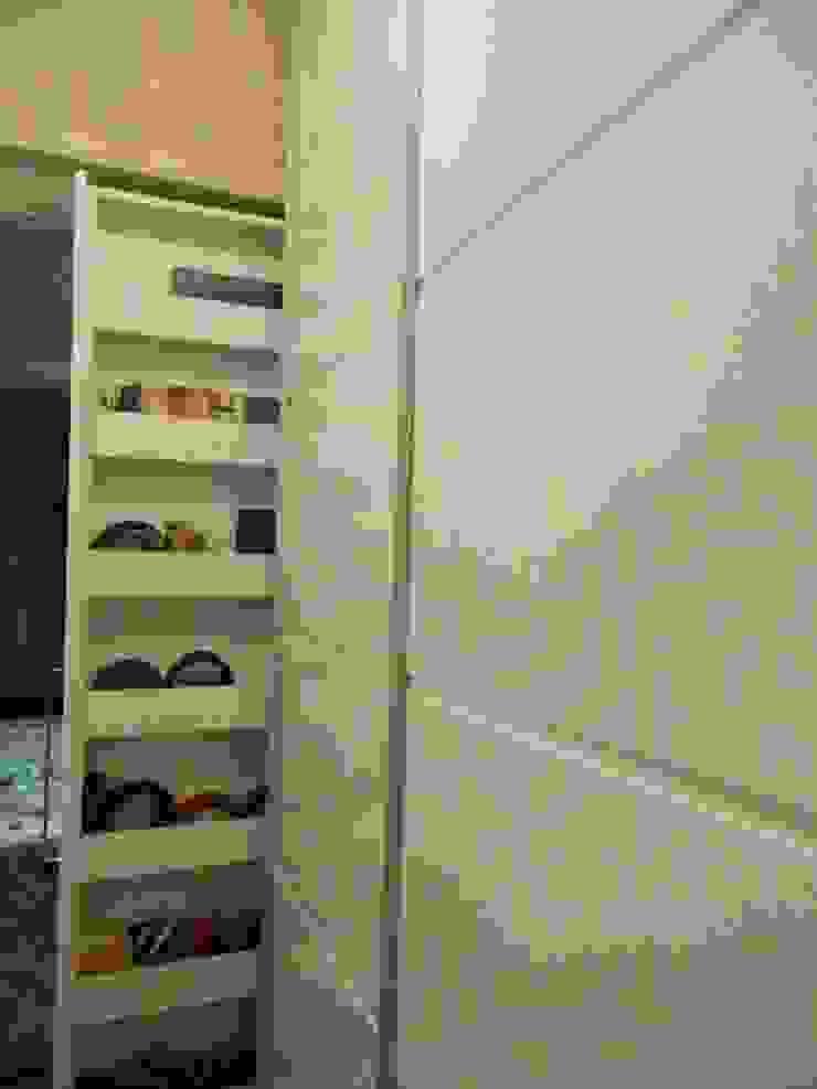 Detalhe Closet Closets por mr maria regina de mello vianna arquitetura e interiores Clássico