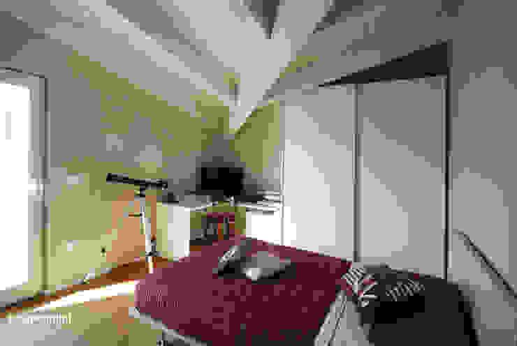 Mansarda Camera da letto moderna di Luca Mancini | Architetto Moderno