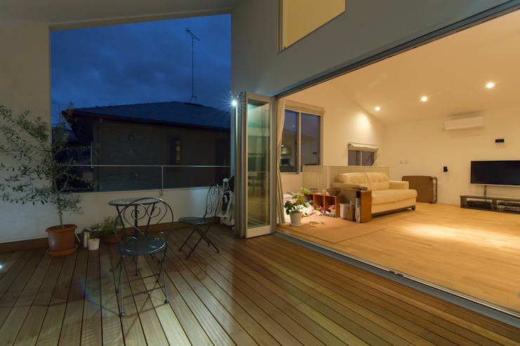 Terrazas de estilo  de インデコード design office, Moderno Madera Acabado en madera