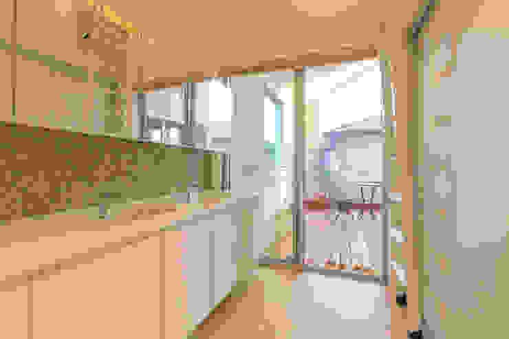 洗面所: インデコード design officeが手掛けた浴室です。,モダン 木材・プラスチック複合ボード