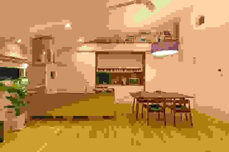キッチン収納: インデコード design officeが手掛けたダイニングです。,モダン 木材・プラスチック複合ボード