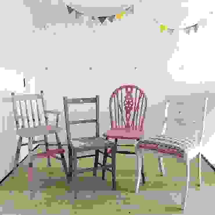 同じ色のトーンでまとめる: おしゃれな椅子店が手掛けたスカンジナビアです。,北欧 木 木目調