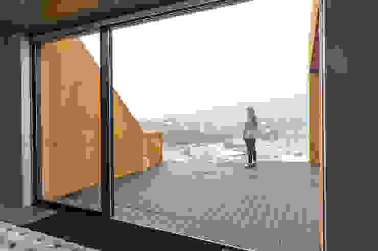Casa Varatojo Atelier Data Lda Modern balcony, veranda & terrace