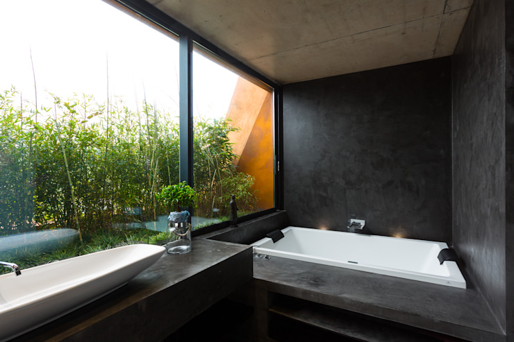Casa Varatojo Modern bathroom by Atelier Data Lda Modern