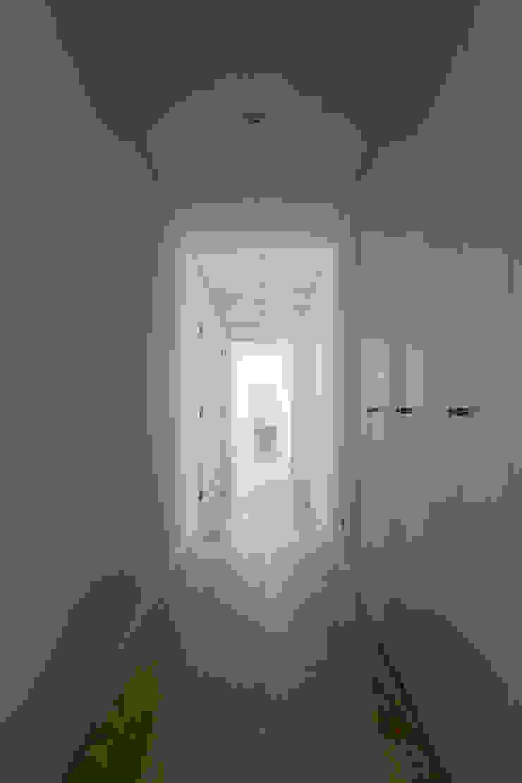 Casa Sol Pasillos, vestíbulos y escaleras modernos de Atelier Data Lda Moderno