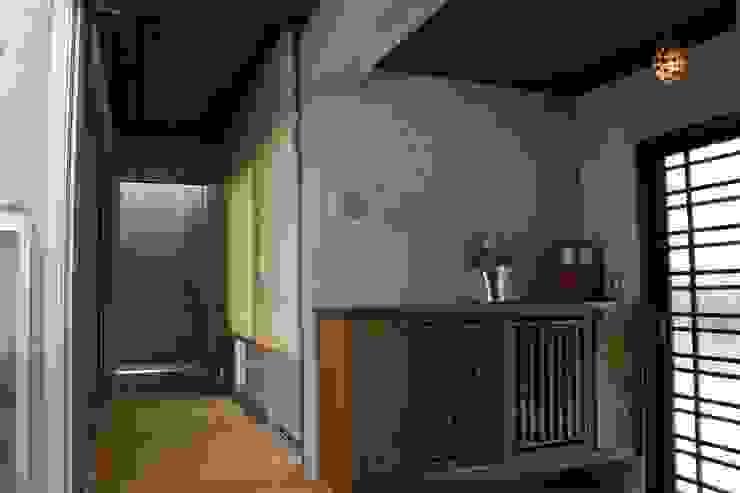 玄関と廊下: 仁設計が手掛けたクラシックです。,クラシック 石灰岩