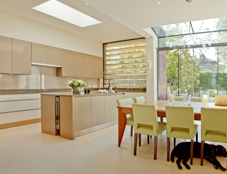 ​Kitchen and dining area at the Newton Road House in Westbourne Grove. Dapur Modern Oleh Nash Baker Architects Ltd Modern