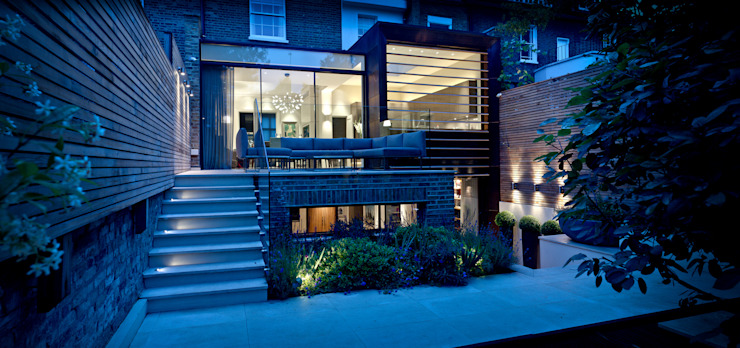 ​Garden Terrace at Newton Road House in the evening. Modern balcony, veranda & terrace by Nash Baker Architects Ltd Modern