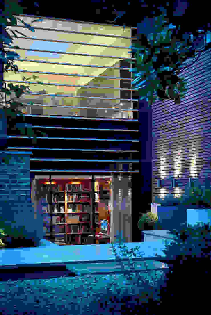Garden Terrace at Newton Road House in the evening. Nash Baker Architects Ltd Modern terrace