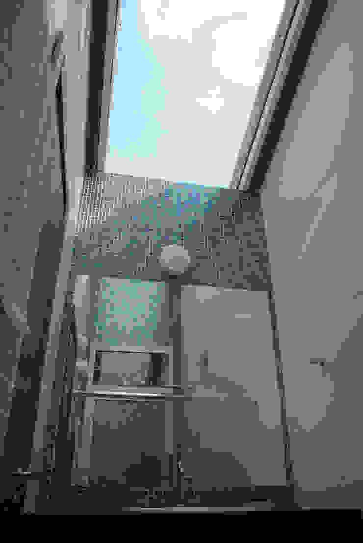 Squadra Arquitetura Modern bathroom Glass Blue