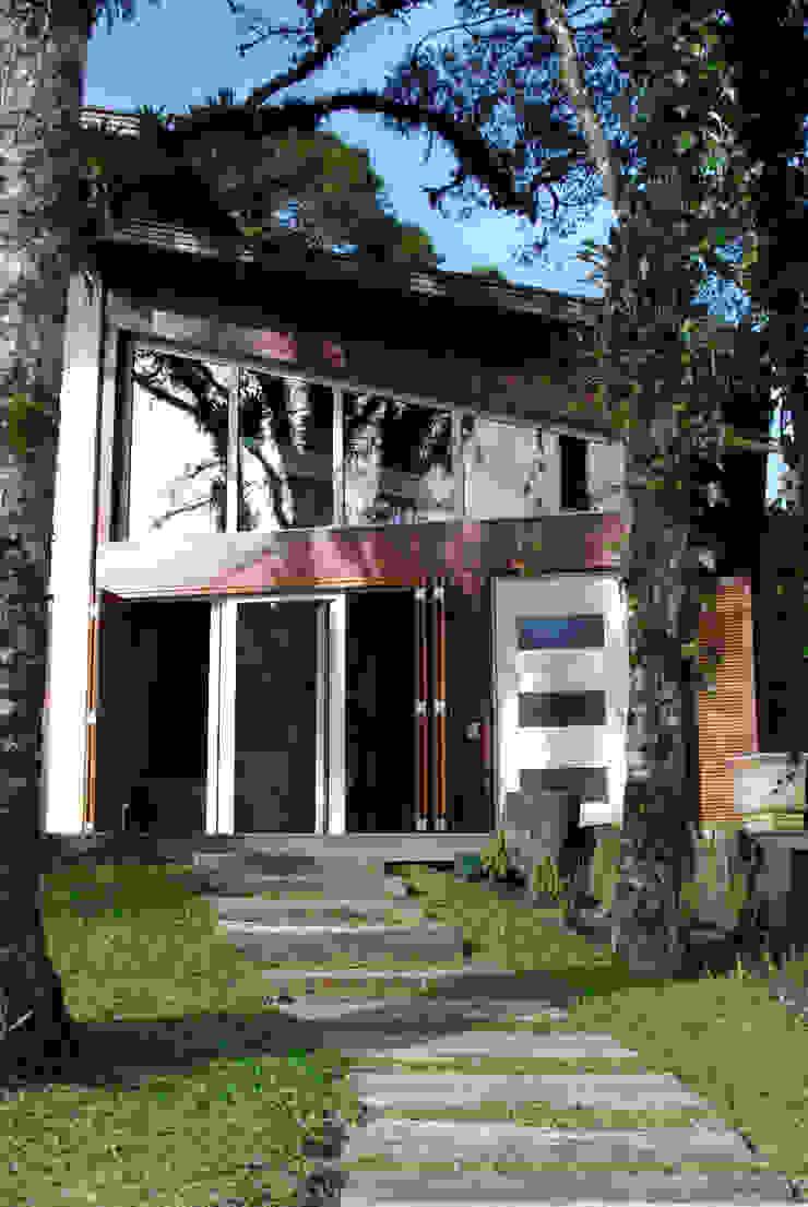Squadra Arquitetura Rustic style houses Engineered Wood Wood effect