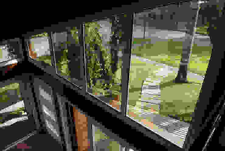 Squadra Arquitetura Modern windows & doors Glass Wood effect