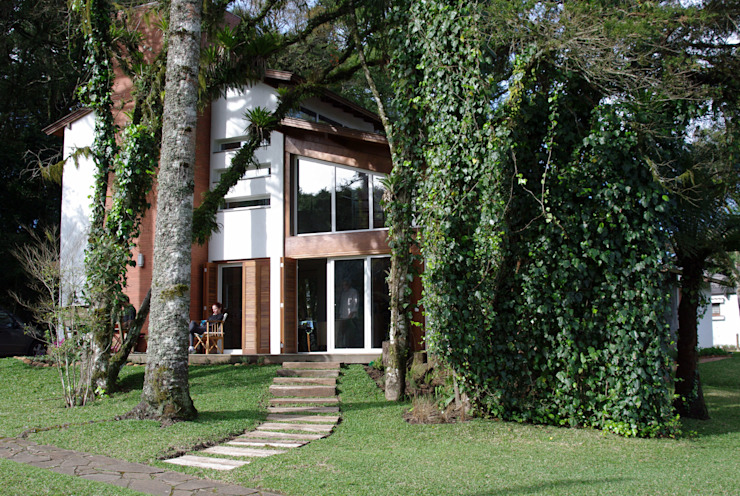 Modern Houses by Squadra Arquitetura Modern Engineered Wood Transparent