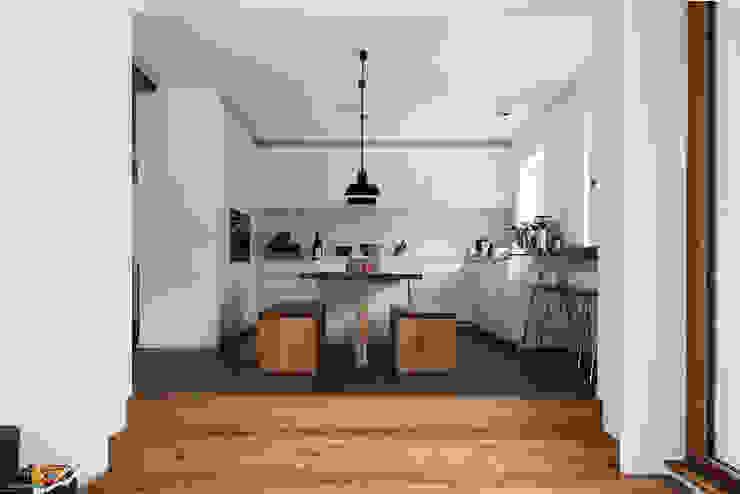 Cocinas de estilo moderno de Holzerarchitekten Moderno
