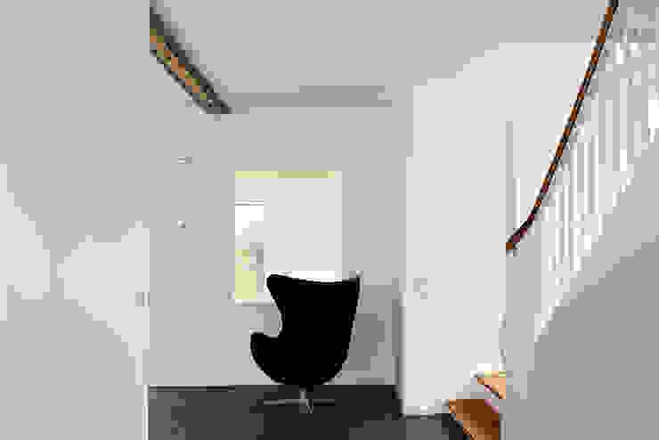 Nowoczesny korytarz, przedpokój i schody od Holzerarchitekten Nowoczesny