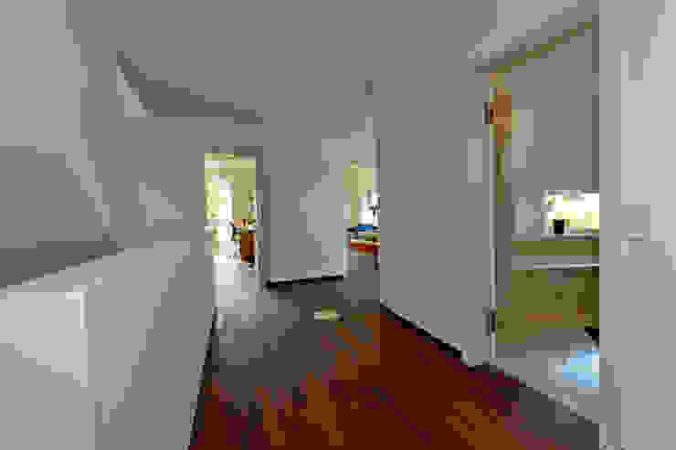 Pasillos, vestíbulos y escaleras modernos de Atelier Fürtner-Tonn Moderno