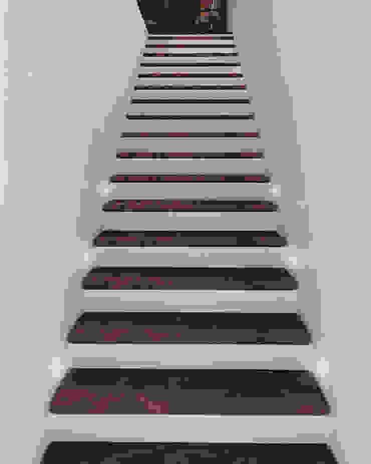 Pasillos, vestíbulos y escaleras de estilo moderno de Taller 03 Moderno Madera Acabado en madera
