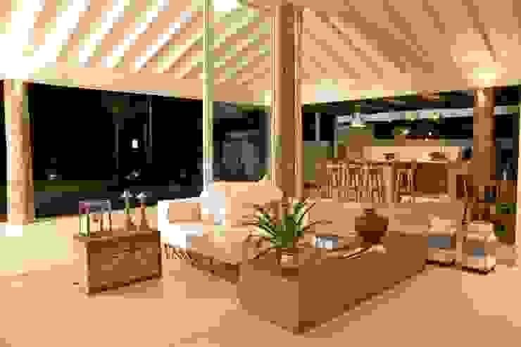 Гостиная в тропическом стиле от Mônica Gervásio Arquitetura & Design Тропический
