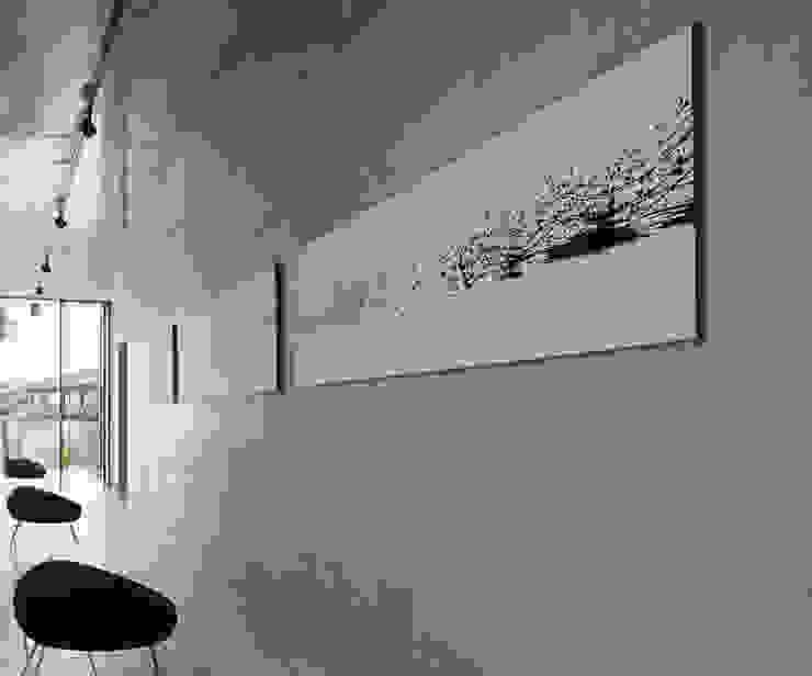 Corridor & hallway by 株式会社  小林恒建築研究所, Modern