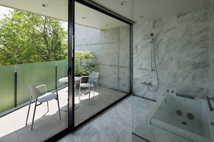 Modern style bathrooms by 株式会社 小林恒建築研究所 Modern