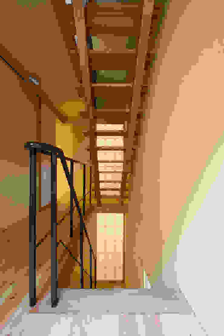 Couloir, entrée, escaliers modernes par 根來宏典建築研究所 Moderne Bois Effet bois