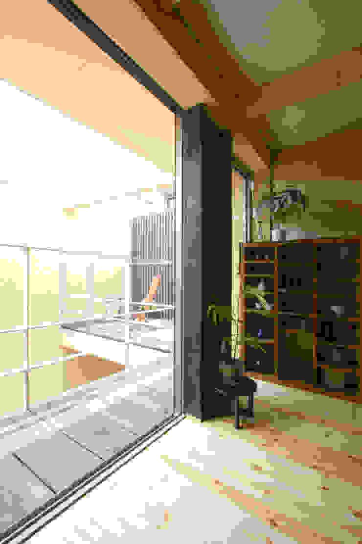 Chambre moderne par 根來宏典建築研究所 Moderne Bois Effet bois