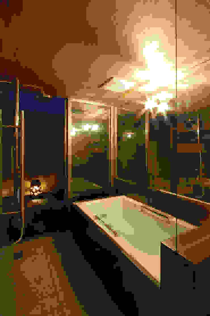 Salle de bain moderne par 根來宏典建築研究所 Moderne Bois Effet bois