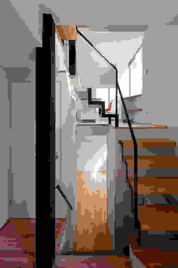 根來宏典建築研究所 ห้องโถงทางเดินและบันไดสมัยใหม่ ไม้ White