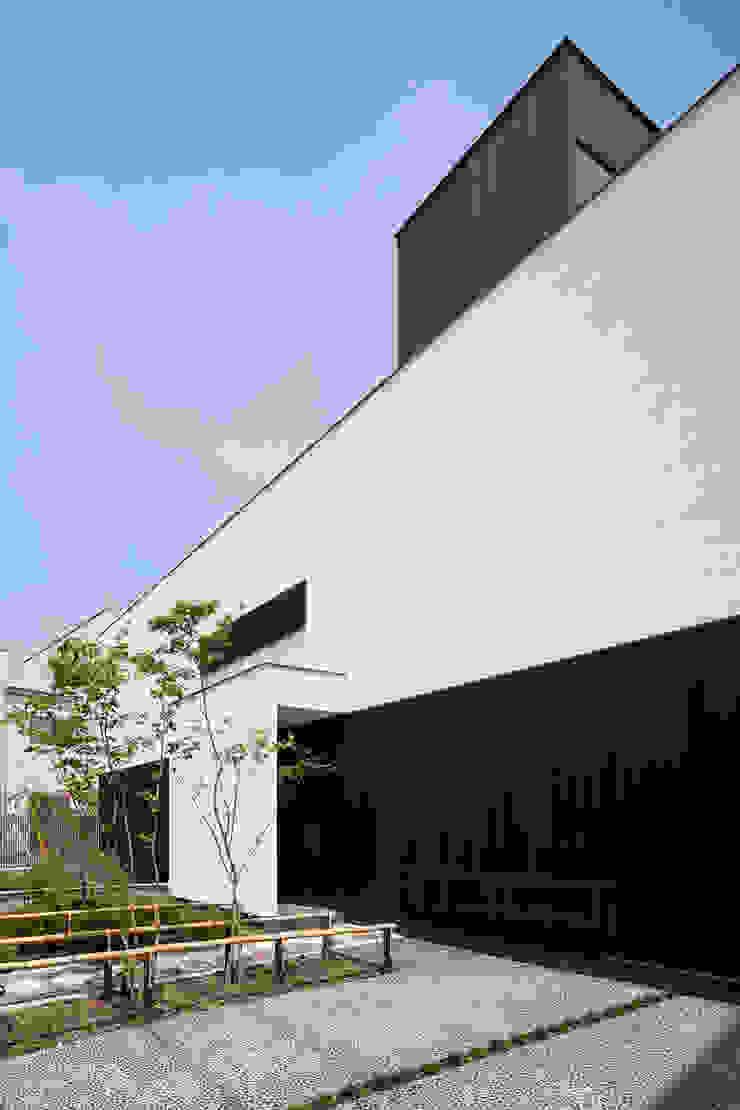 白壁と板壁で構成された外観 モダンな 家 の 根來宏典建築研究所 モダン 木 木目調