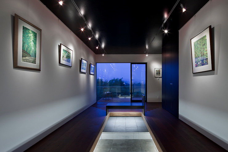エントランスホール兼ギャラリー モダンスタイルの 玄関&廊下&階段 の 根來宏典建築研究所 モダン 木 木目調