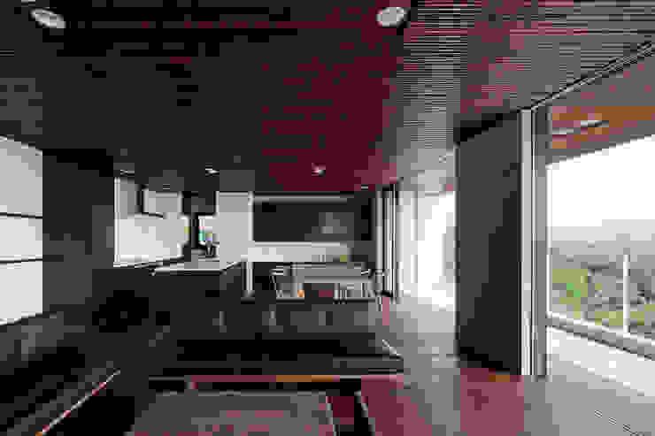 Salon moderne par 根來宏典建築研究所 Moderne Bambou Vert