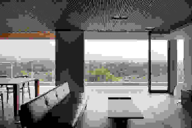 赤城山に向かって モダンデザインの リビング の 根來宏典建築研究所 モダン 竹 緑