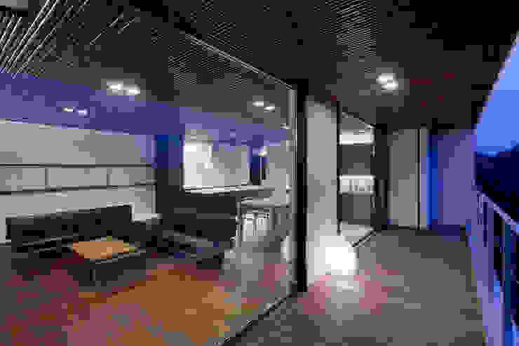 内外一体感のあるバルコニー モダンデザインの テラス の 根來宏典建築研究所 モダン 竹 緑