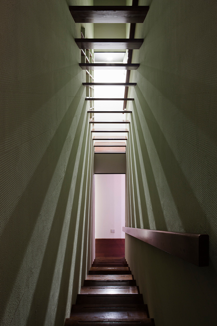 光が美しい階段スペース モダンスタイルの 玄関&廊下&階段 の 根來宏典建築研究所 モダン 木 木目調