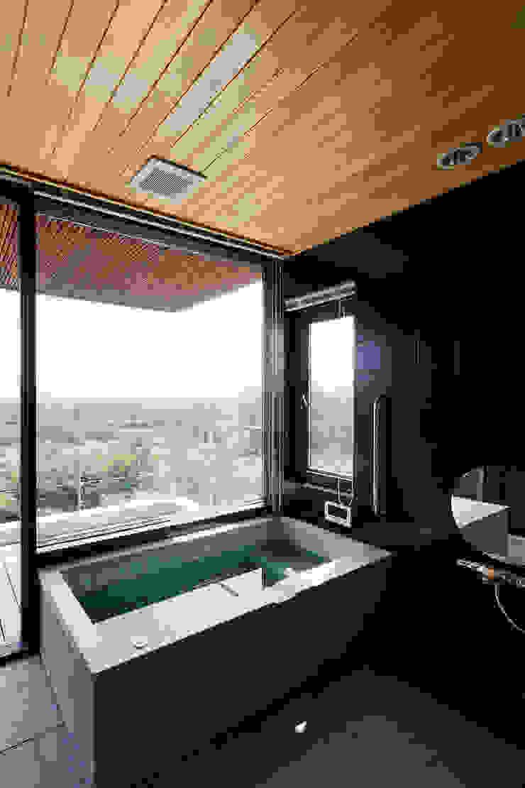 自然の風合いを活かした浴室 モダンスタイルの お風呂 の 根來宏典建築研究所 モダン 木 木目調