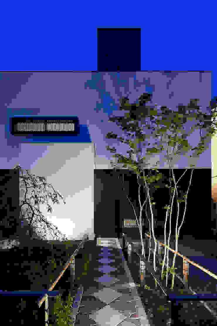 アプローチの夕景 モダンな 家 の 根來宏典建築研究所 モダン 木 木目調
