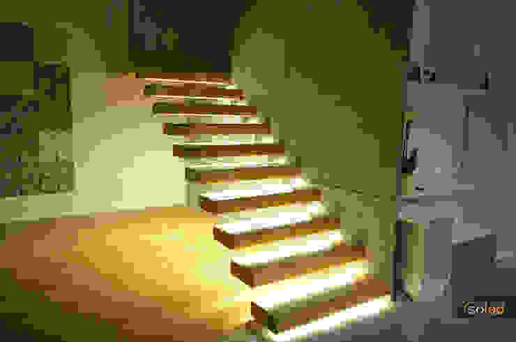 Couloir, entrée, escaliers modernes par SOLED Projekty i Dekoracje Świetlne Jacek Solka Moderne