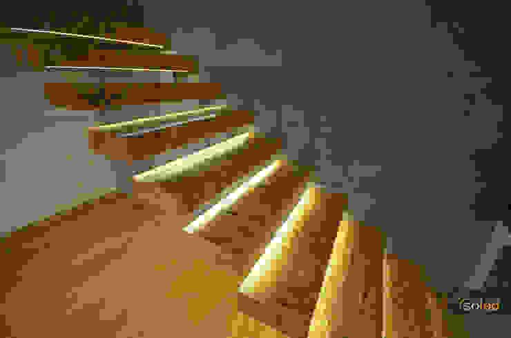 SOLED Projekty i Dekoracje Świetlne Jacek Solka Pasillos, vestíbulos y escaleras modernos