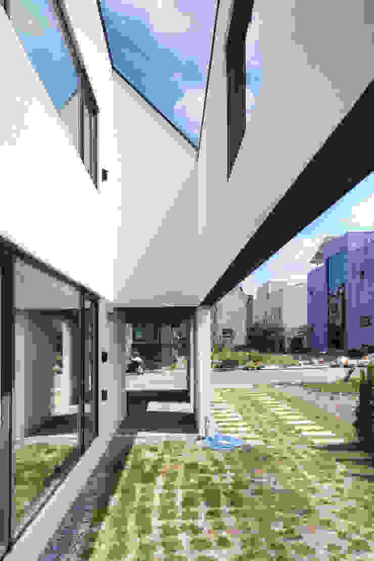 Balcones y terrazas modernos de mlnp architects Moderno