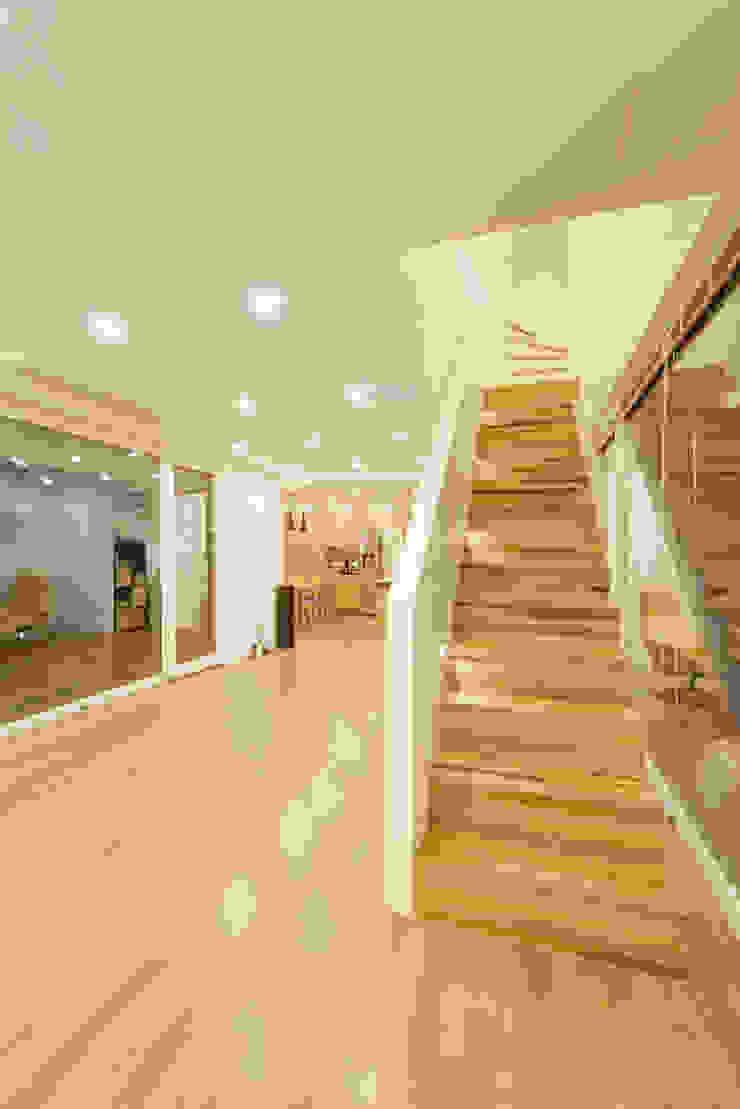 Pasillos, vestíbulos y escaleras modernos de mlnp architects Moderno