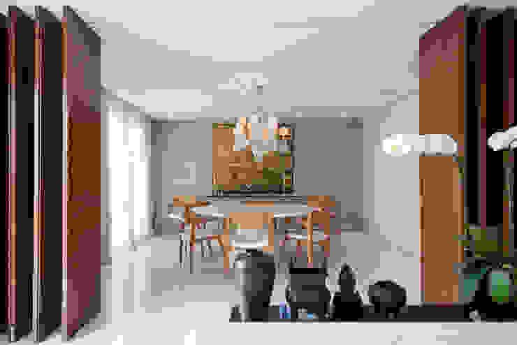 Ambientes divididos, mas não isolados. por Casa de Valentina Moderno