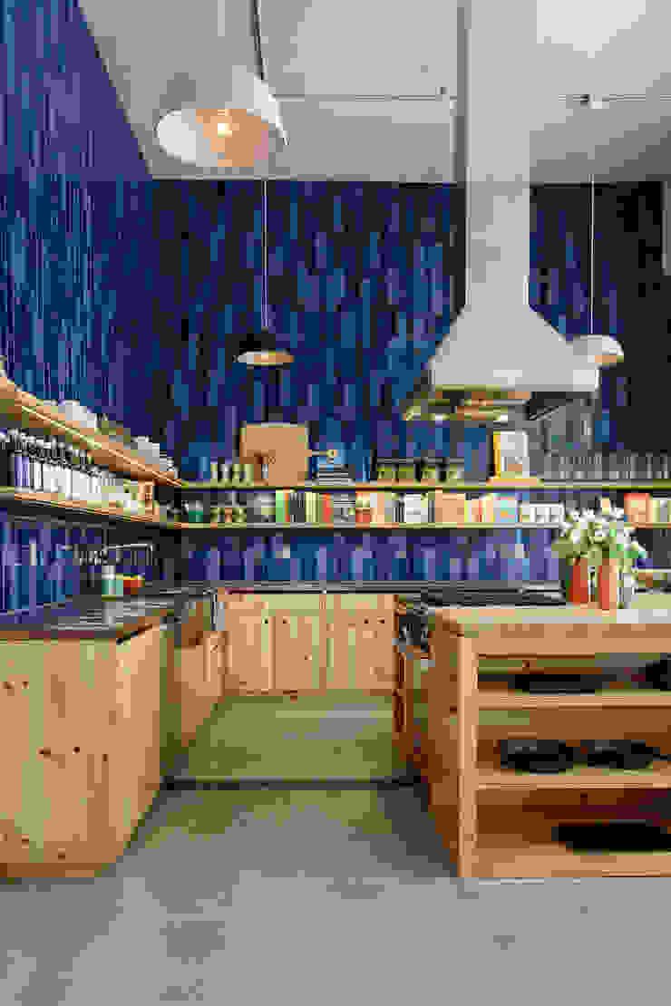 Cozinhas coloridas por Casa de Valentina Moderno
