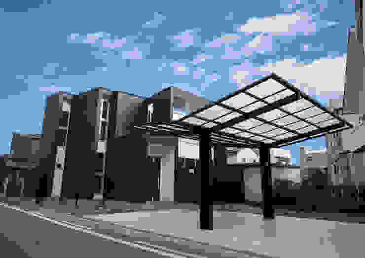モノトーンにしてモダン。ズレて重なる壁が創りだす、個性的な外観デザイン: ナイトウタカシ建築設計事務所が手掛けた家です。