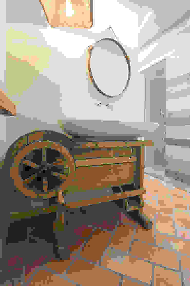 Industrial style bathrooms by Rachele Biancalani Studio Industrial Wood Wood effect