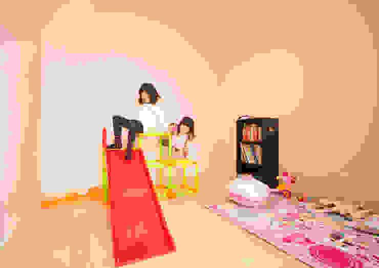 Детская комната в стиле модерн от ナイトウタカシ建築設計事務所 Модерн