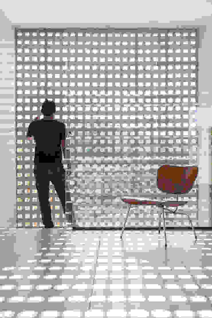 Casa Popsonics - Lab 606 Arquitetos Paredes e pisos modernos por Joana França Moderno