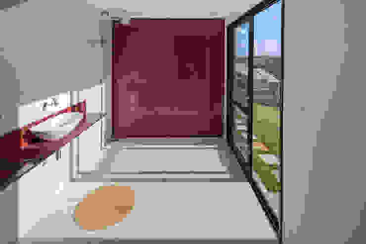 Casa Popsonics - Lab 606 Arquitetos Banheiros modernos por Joana França Moderno
