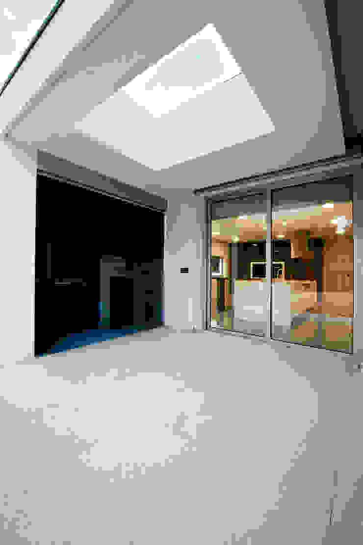 Casa Covelo Varandas, marquises e terraços minimalistas por mioconcept Minimalista