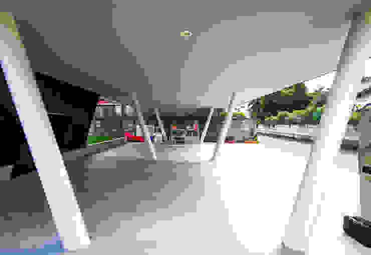 駐車場 モダンデザインの ガレージ・物置 の インデコード design office モダン 木材・プラスチック複合ボード