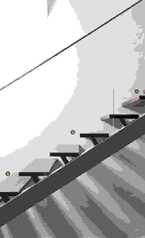 Casa Covelo Corredores, halls e escadas minimalistas por mioconcept Minimalista